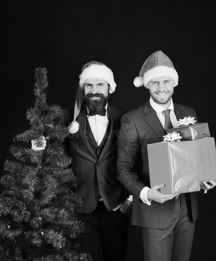 Les directeurs avec des barbes sont prêts pour Noël Hommes dans les costumes photos stock