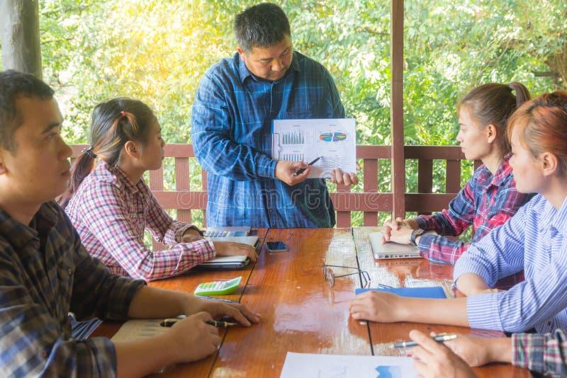 Les directeurs expliquent le graphique à l'équipe photo libre de droits