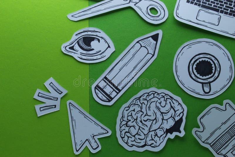 Les dispositifs de Related Tools Symbols de concepteur de travail créatif objecte la composition conceptuelle en vue supérieure a photos stock