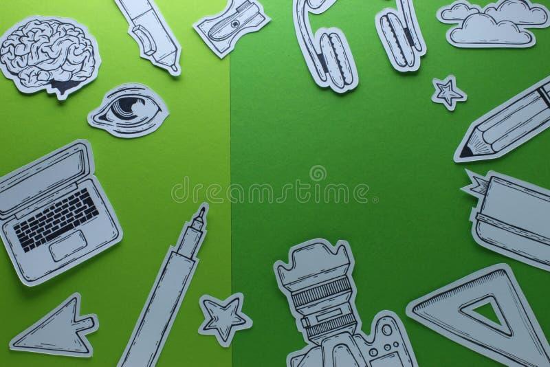 Les dispositifs de Related Tools Symbols de concepteur de travail créatif objecte la composition conceptuelle en vue supérieure a illustration de vecteur