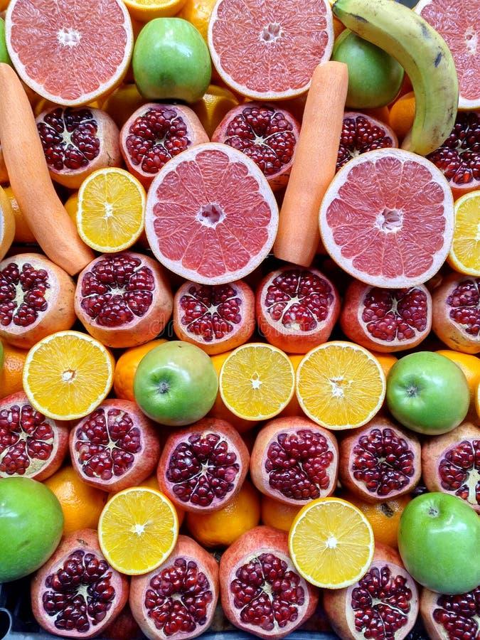 Les divers fruits ont découpé en tranches dans la moitié Marché de fruit turc Jus frais photographie stock
