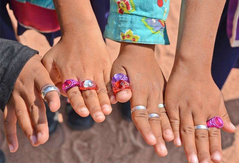 Les doigts des enfants avec des anneaux photographie stock libre de droits