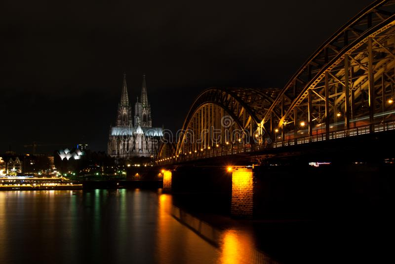 Les DOM du cologne la nuit photo stock