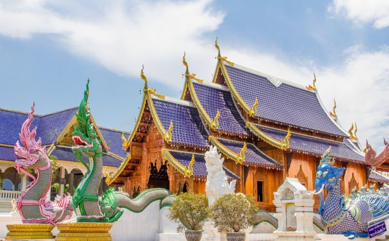 Les doubles nagas, chantent, et éléphant gardant l'église bouddhiste, b photos stock