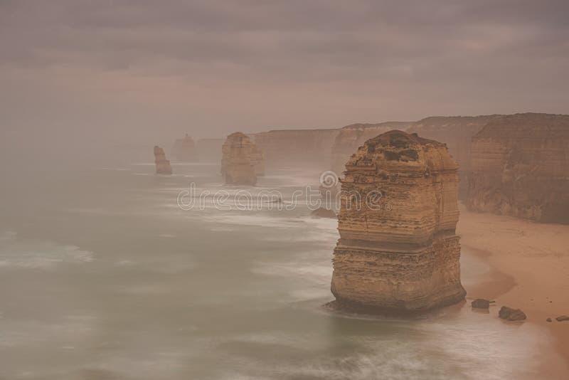 Les douze apôtres iconiques un matin brumeux photo libre de droits