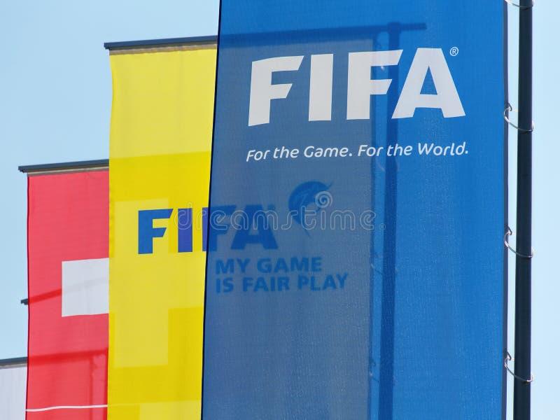 Les drapeaux à l'entrée de la FIFA siègent à Zurich photos libres de droits