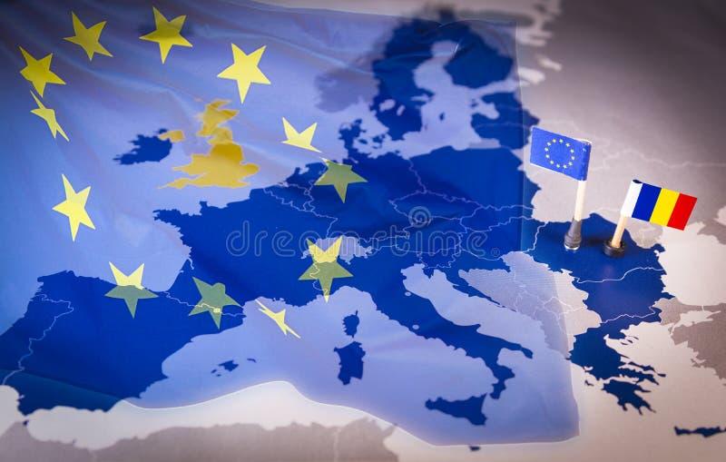 Les drapeaux d'UE et de la Roumanie au-dessus d'une Union européenne tracent images libres de droits
