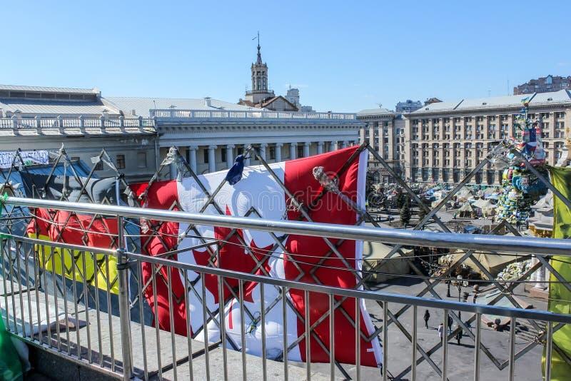 Les drapeaux de l'Allemagne et du Canada, accrochant sur une barri?re en m?tal au-dessus du Maidan Nezalezhnosti pendant les temp images stock