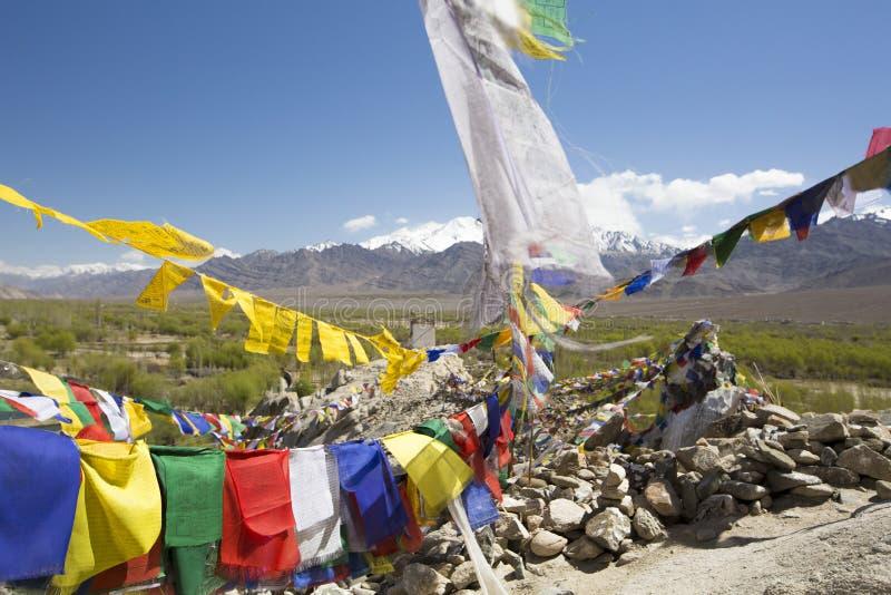 Les drapeaux de prière de Tibétain au palais de Shey, Ladakh, Inde photographie stock
