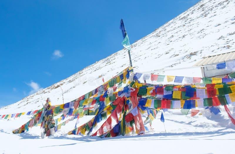 Les drapeaux de prière est un tissu rectangulaire coloré, ont souvent trouvé ficelé image stock