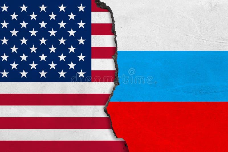 Les drapeaux des Etats-Unis et de la Russie ont peint sur le mur criqué illustration stock