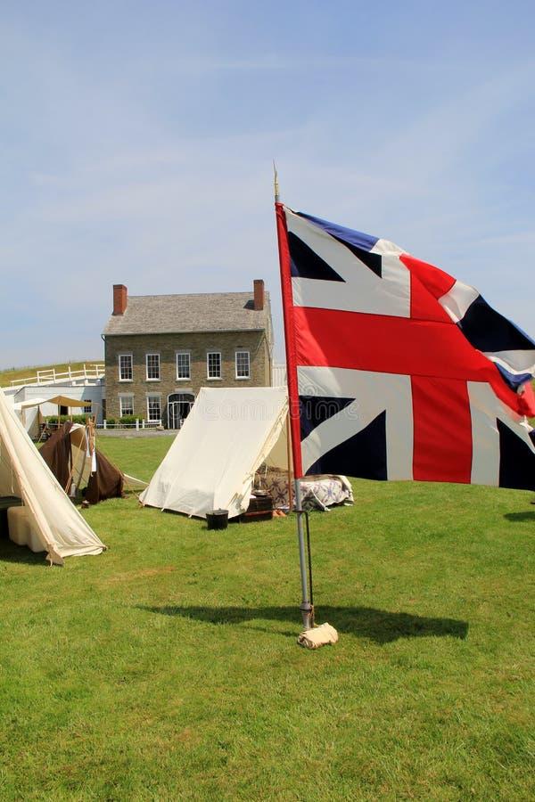 Les drapeaux et les tentes ont installé sur la propriété pendant les reconstitutions de guerre, fort Ontario, New York, 2016 photos libres de droits