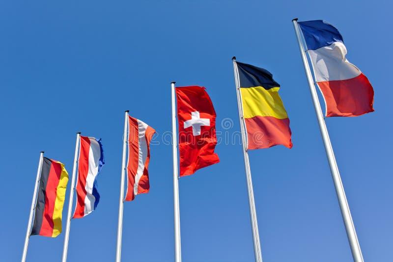 Les drapeaux nationaux de l'Allemagne, le vol des Pays-Bas, de l'Autriche, de la Suisse, de la Belgique et des Frances devant un  images stock
