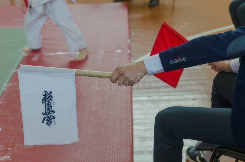 Les drapeaux rouges et blancs du juge en concours en arts martiaux a?riens image stock
