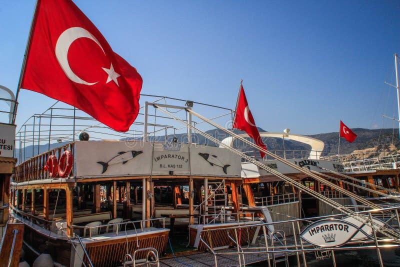Les drapeaux turcs évoluent sur des yachts au coucher du soleil photos stock