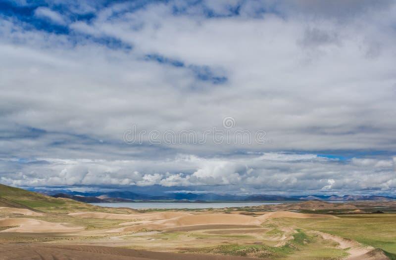 Les dunes s'approchent du lac photos stock