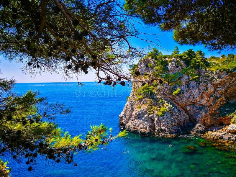 Les eaux bleues de Dubrovnik, Croatie photographie stock libre de droits
