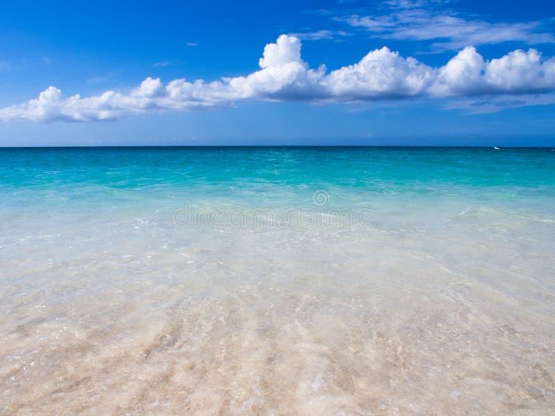Les eaux bleues du paradis image stock