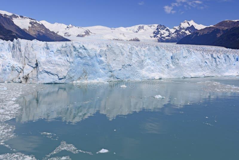 Les eaux calmes au-dessous d'un visage glaciaire photo stock
