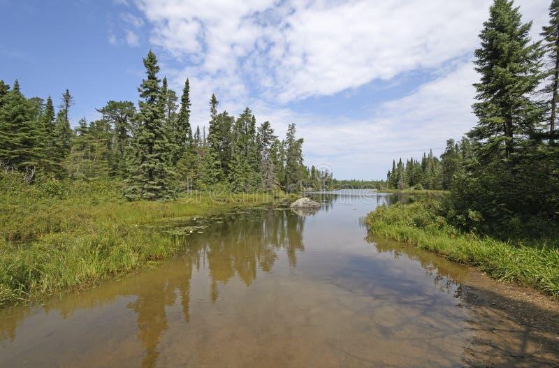 Les eaux calmes sur une admission tranquille photographie stock libre de droits