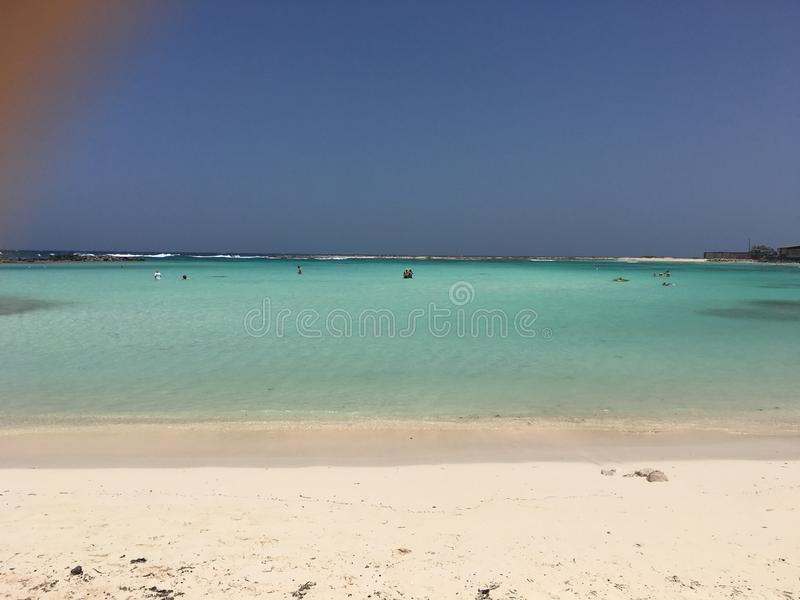Les eaux clair comme de l'eau de roche de la plage de bébé dans Aruba photos libres de droits