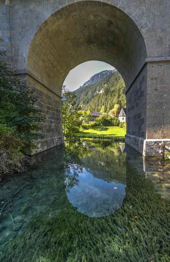 Les eaux claires des lacs tyrol photo stock