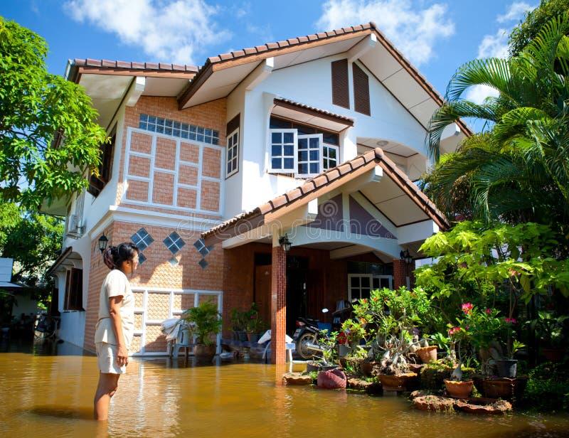 Les eaux d'inondation rattrapent la maison en Thaïlande photo libre de droits