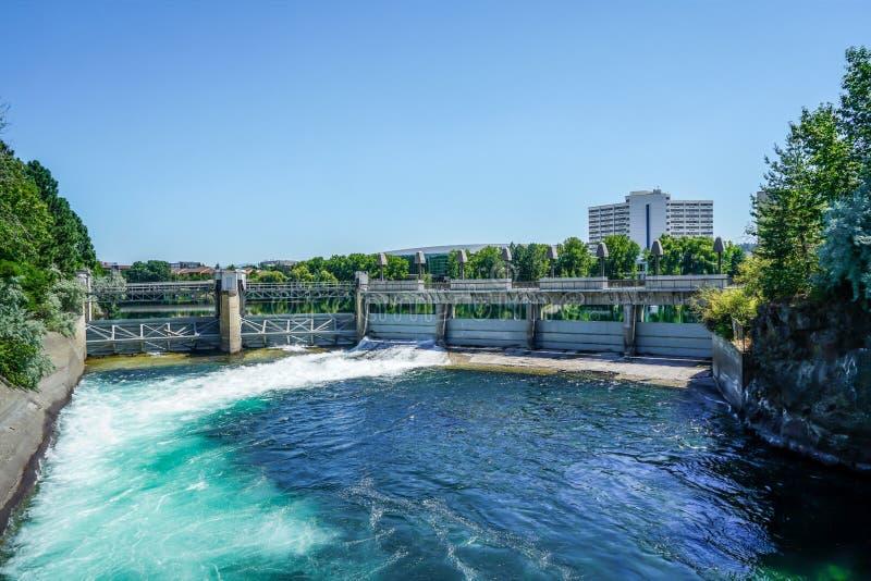 Les eaux de scintillement de rivières photos libres de droits