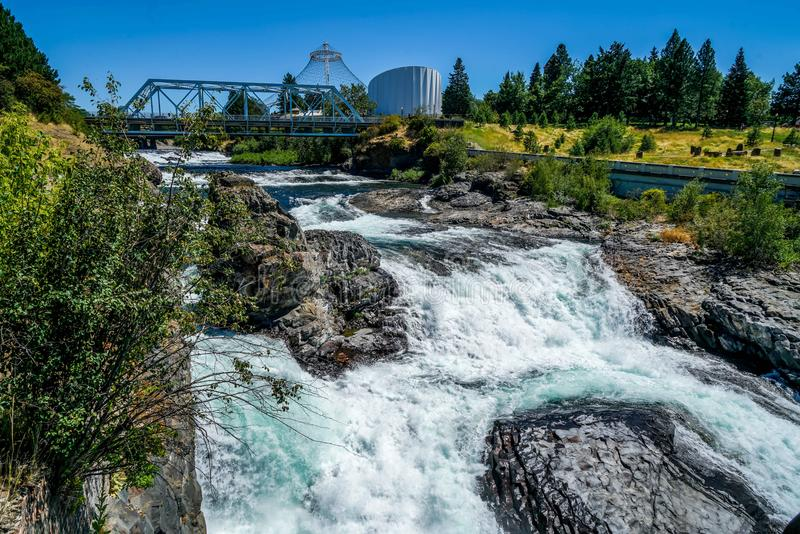 Les eaux de scintillement de rivières images libres de droits