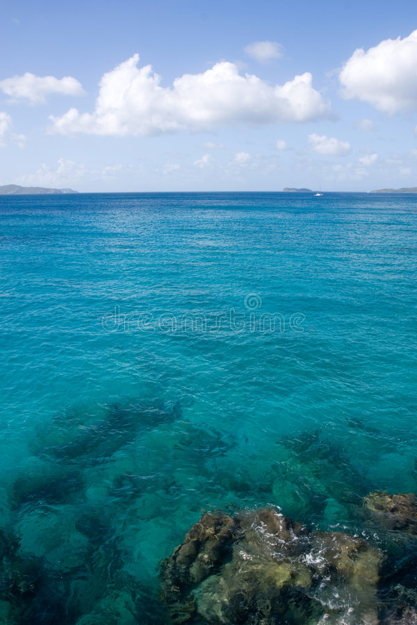 Les eaux des Caraïbes en Îles Vierges image libre de droits