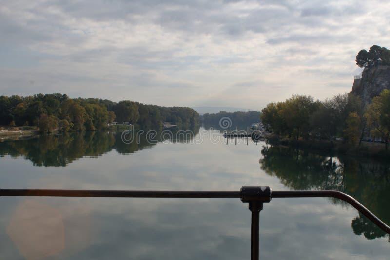 Les eaux du Rhône fusionnant avec le ciel photos libres de droits