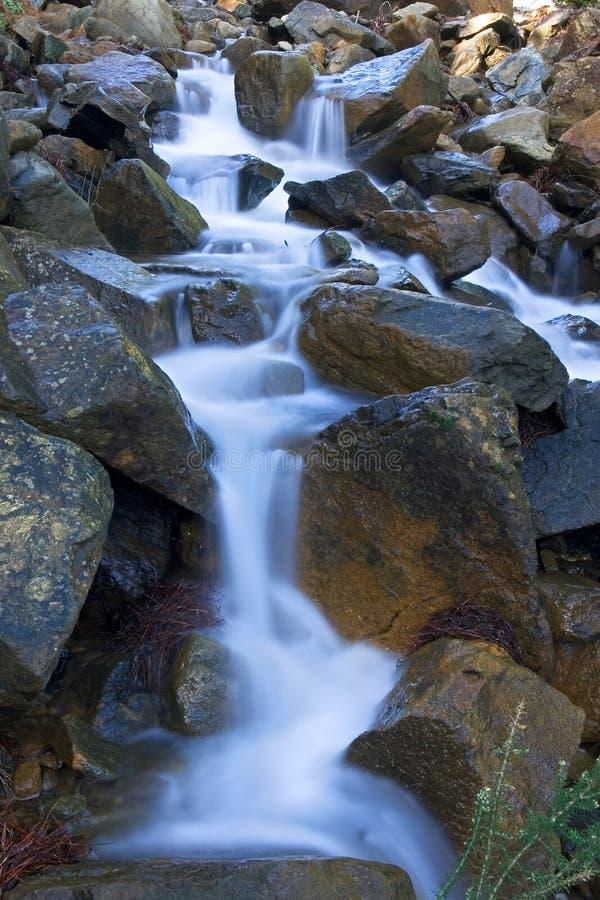 Les eaux laiteuses de la cascade à écriture ligne par ligne espagnole après pluie photographie stock
