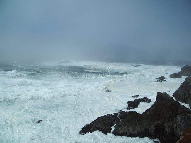 Les eaux rugueuses foncées photos libres de droits