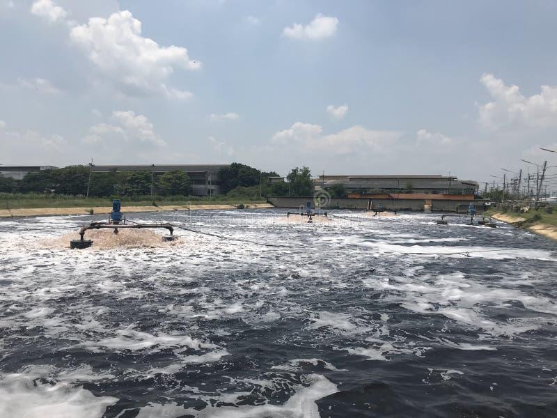 Les eaux usées aérées d'air à traiter par l'aérateur dans le traitement des eaux résiduaires photo stock