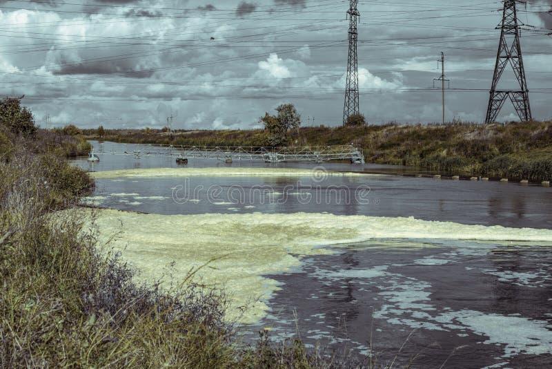 Les eaux usées des substances polluantes de centrale entrant dans la rivière naturelle images libres de droits