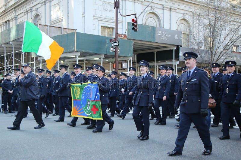 Les effectifs militaires irlandais marchant au jour du ` s de St Patrick défilent à New York image stock