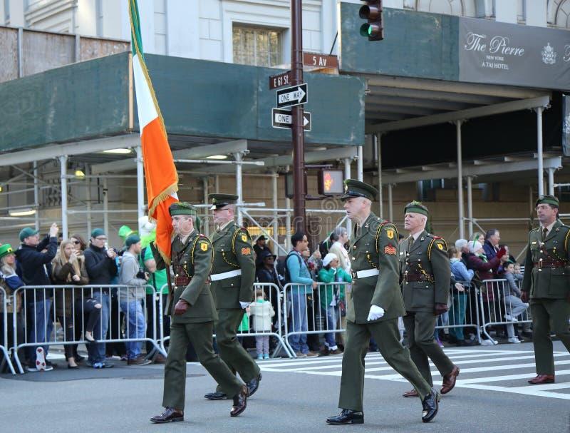 Les effectifs militaires irlandais marchant au jour du ` s de St Patrick défilent à New York photo stock
