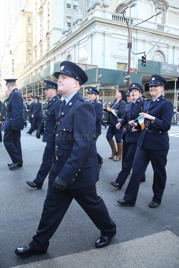 Les effectifs militaires irlandais marchant au jour du ` s de St Patrick défilent à New York photos libres de droits