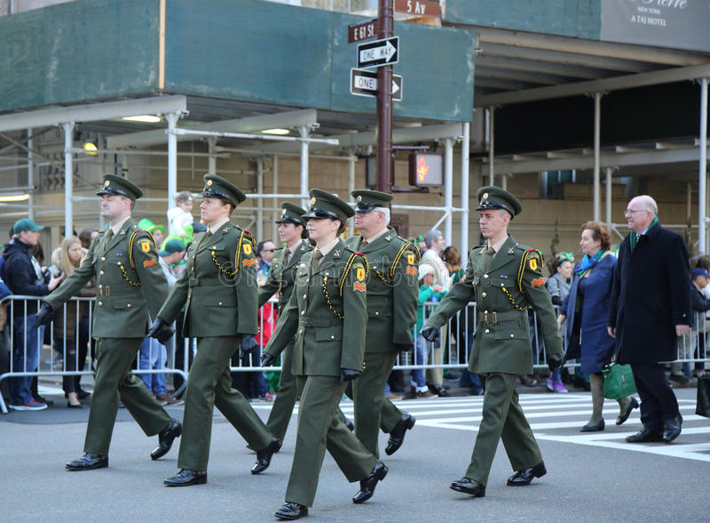 Les effectifs militaires irlandais marchant au jour du ` s de St Patrick défilent à New York photos stock