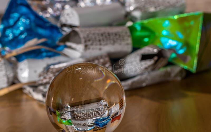 Les emballages actuels de Noël se sont reflétés dans une boule de cristal photo libre de droits