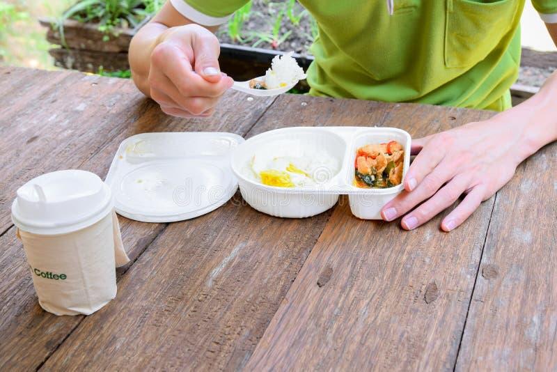 Les employés de bureau mangent le déjeuner images libres de droits