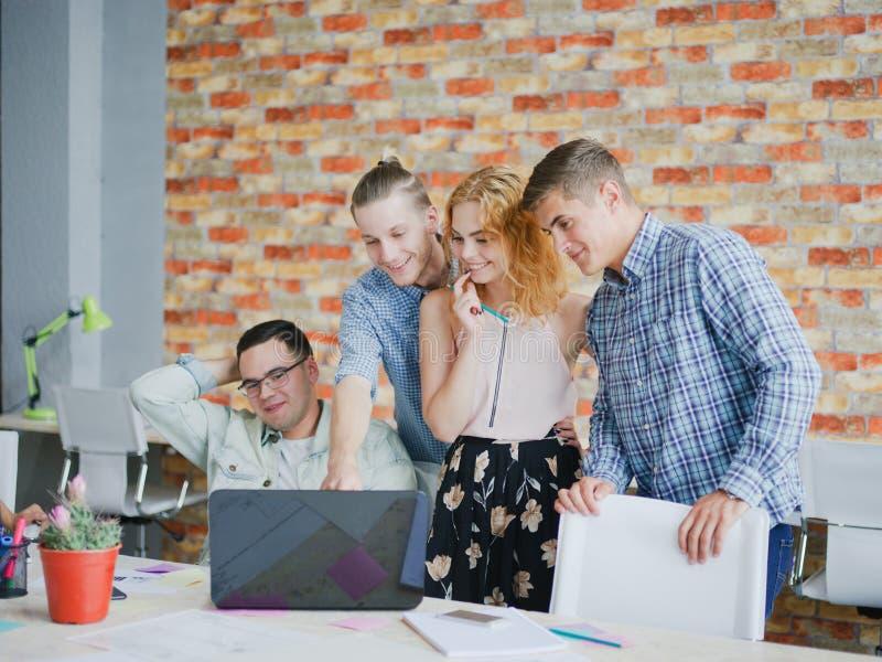 Les employés de bureau passent en revue des plans et des projets sur l'ordinateur portable images libres de droits