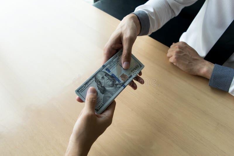 Les employés de société ont été corrompus en apportant l'argent au département des ressources humaines de la société Pour le perm images stock