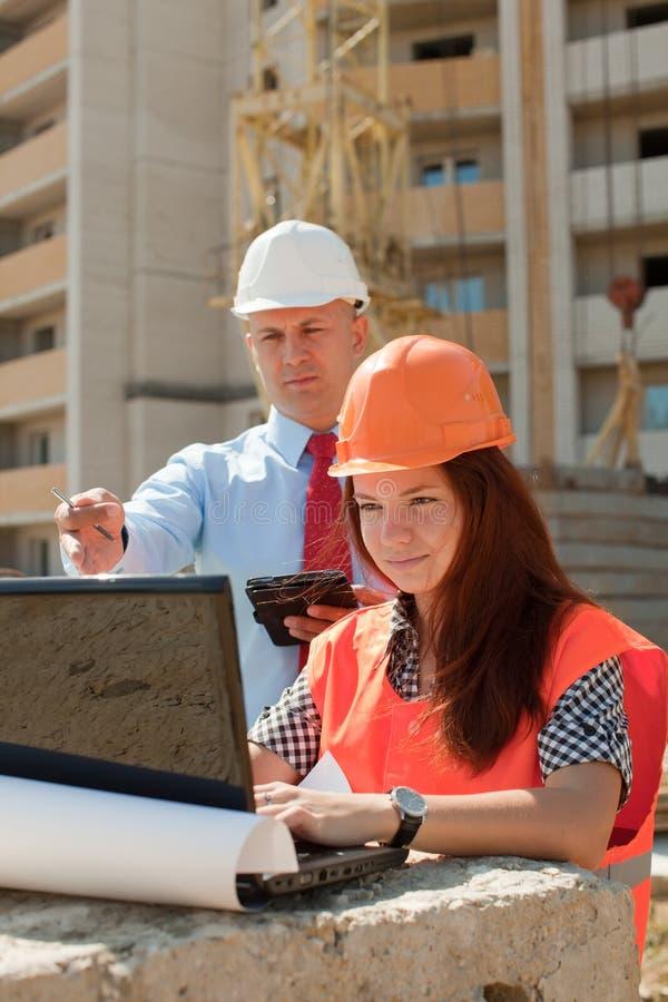 Les employés travaille au chantier image stock