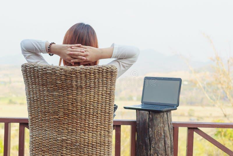 Les employés travaillent pendant le repos et détente dehors sur la terrasse photographie stock