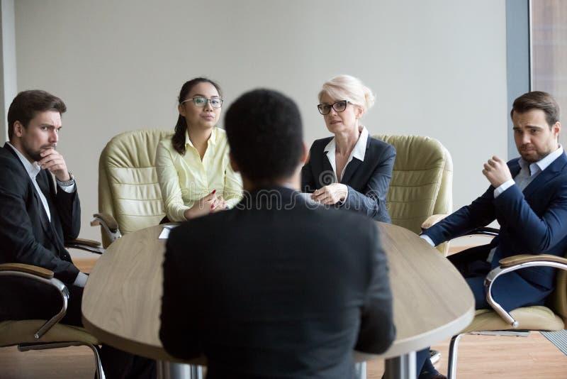 Les employeurs mécontents doutent à l'entrevue incertaine au sujet du noir peuvent image libre de droits