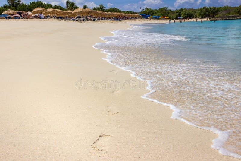 Les empreintes de pas sur la baie de mulet échouent dans St Maarten image stock