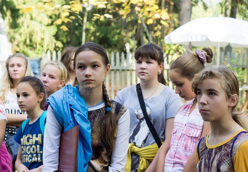 Les enfants écoutent le guide photos stock