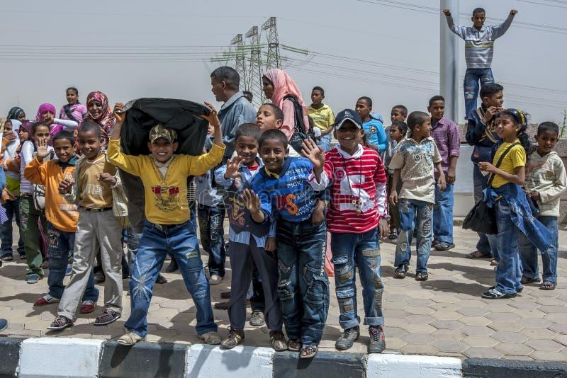 Les enfants égyptiens heureux posent pour une photo en dehors du monument russe près d'Assouan en Egypte photos libres de droits