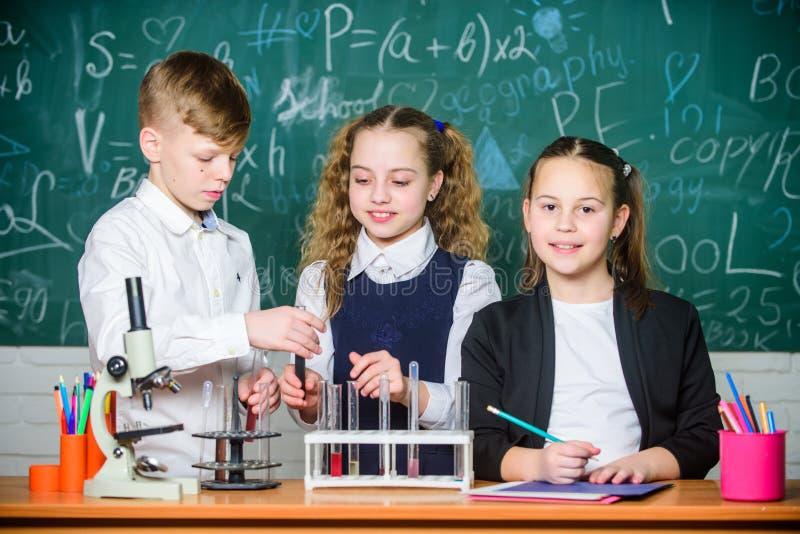 Les enfants appr?cient l'exp?rience chimique Explorer excite ainsi La réaction chimique se produit quand changement de substance  photos stock